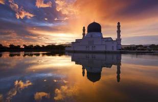 Alba drammatica alla moschea della città di Kinabalu di Kota, Sabah, Malesia foto