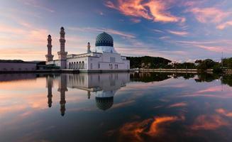 riflesso della moschea di kota kinabalu città all'alba foto