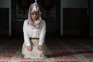 la donna musulmana sta pregando nella moschea