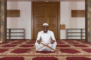 ritratto di un uomo africano nero in moschea foto