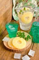 limonata fatta in casa con ananas foto