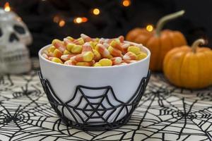 ciotola di mais caramelle con un tema di halloween foto