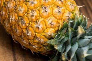 ananas intero fresco foto