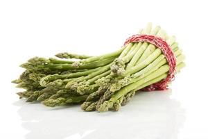 mazzo di asparagi verdi su sfondo bianco