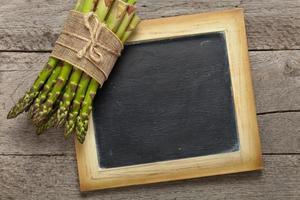 mazzo di asparagi freschi foto