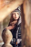 giovane donna attraente nell'orario invernale all'aperto foto