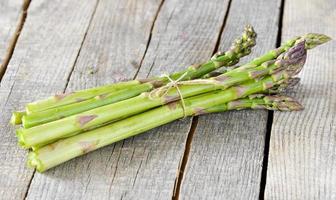 asparagi verdi freschi