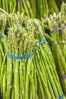 mazzo di asparagi freschi dagli scaffali del mercato reale foto