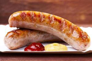 salsiccia arrosto con pane servito su un vassoio foto