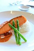 salmone scottato in padella foto