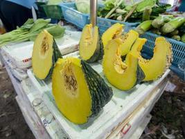 zucche tailandesi vendute nel mercato di prodotti freschi. foto