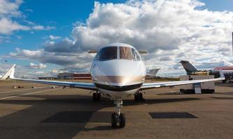 jet privato reattivo bianco