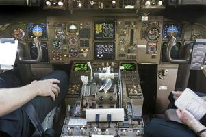 cabina di pilotaggio e piloti si preparano a iniziare a volare