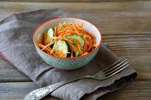 insalata vegetariana in una ciotola foto