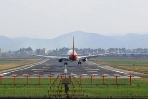 andando sulla pista dell'aeroporto su un aereo di atterraggio foto