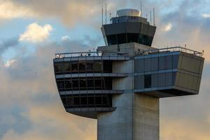 torre di controllo del traffico aereo foto