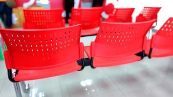 fila di sedia rossa all'ufficio postale