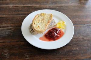 pane fatto in casa con marmellata fatta in casa foto