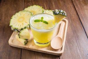 frullato di ananas su fondo di legno foto