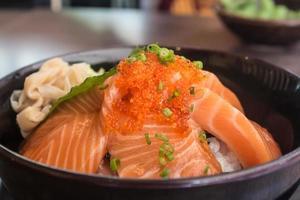 salmone con riso in ciotola foto