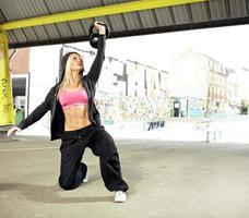 donna forte che solleva peso pesante foto