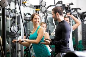 persone attive con allenamento di sollevamento pesi foto