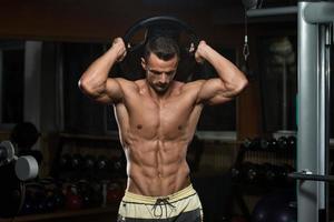allenamento tricipiti con peso foto
