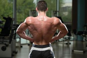 giovane culturista che flette i muscoli