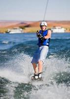 uomo wakeboarding sul lago Powell foto