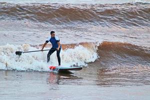 alzarsi in piedi paddle wave