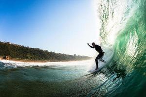 surfista che guida l'onda dell'oceano