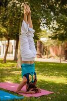 posa di yoga di headstand all'aperto foto