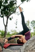 stile di vita donna yoga pone foto