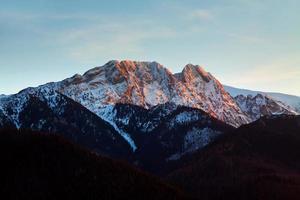 orizzonte di paesaggio innevato di montagna foto