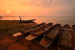 paesaggio scenico del lago ad alba