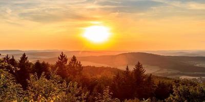paesaggio tramonto estivo in campagna foto