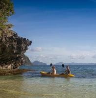 coppia in canoa nella laguna delle Antille francesi occidentali foto