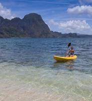 ritratto di una ragazza in kayak
