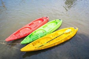 kayak colorato sul lago foto