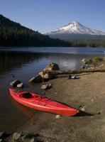 kayak rosso sul lago Trillium in barca vicino alla montagna di Hood