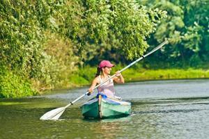 ragazza in canoa foto