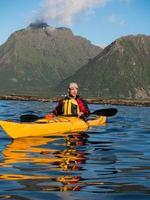 Ritratto di uomo con la barba seduto in un kayak foto