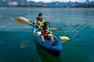 persone in canoa sul lago scenico in estate, Thailandia foto