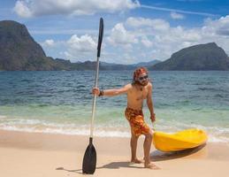 giovani a remi in kayak foto