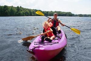padre e figlia in kayak foto