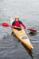 uomo felice in kayak foto