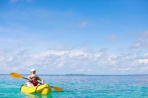 madre e figlio in kayak foto