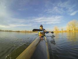 kayak da corsa contro il tramonto foto