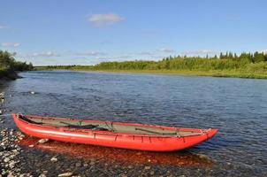 turisti in canoa sul fiume nord. foto