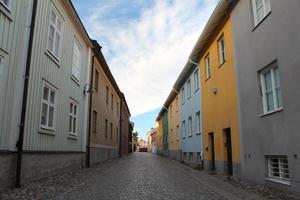 case colorate in fila al centro storico foto